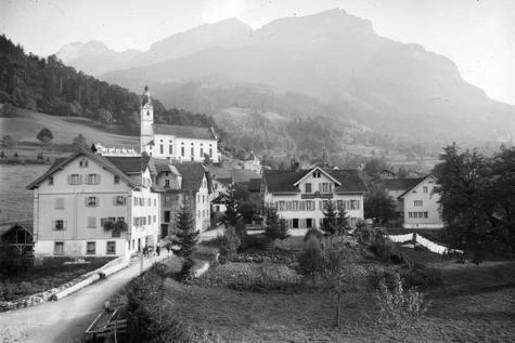 1733 eingeweihte kath. Pfarrkirche. Vordergrund Gasthaus Sternen (rechts); Wirtschaft zum Rössli - Aufnahme um 1930.