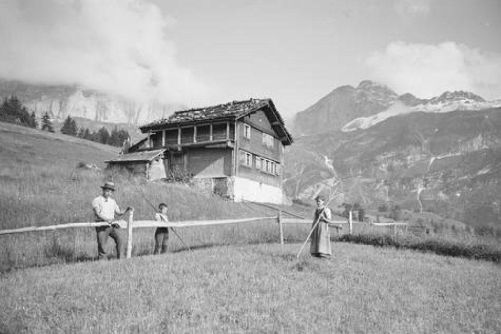 Eine Bauernfamilie auf Oberfeld mit dem Blick Richtung Hohfaulen – Aufnahme um 1898.