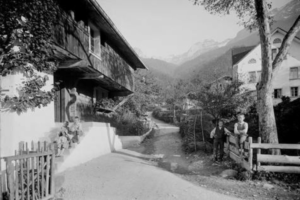 Dorfszene bei der Pfarrhofstrasse mit zwei jungen Schattdorfern – Aufnahme um 1920.