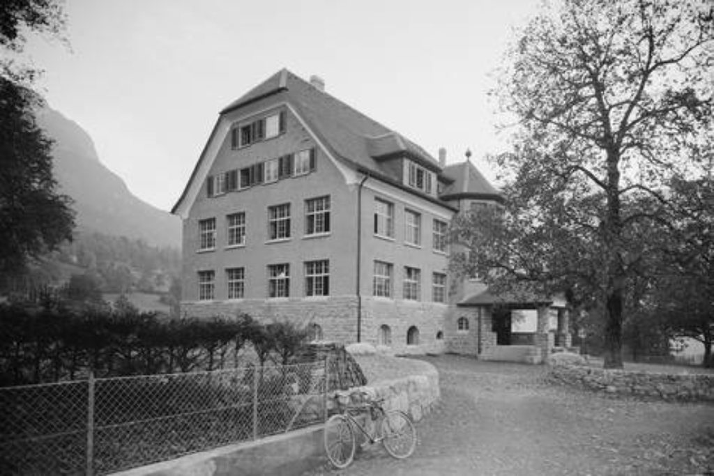 Das Schulhaus in der Spielmatt wurde Anfang des zwanzigsten Jahrhundert gebaut – Aufnahme um 1921.