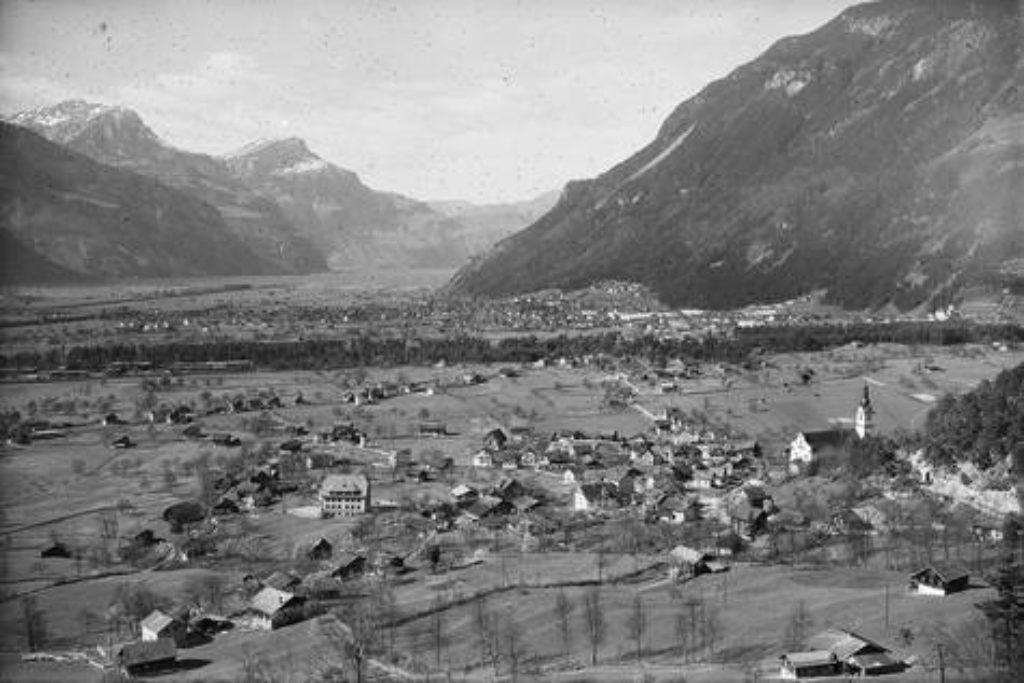 Blick über die Gemeinde Schattdorf und die Urner Reussebene – Aufnahme um 1948.